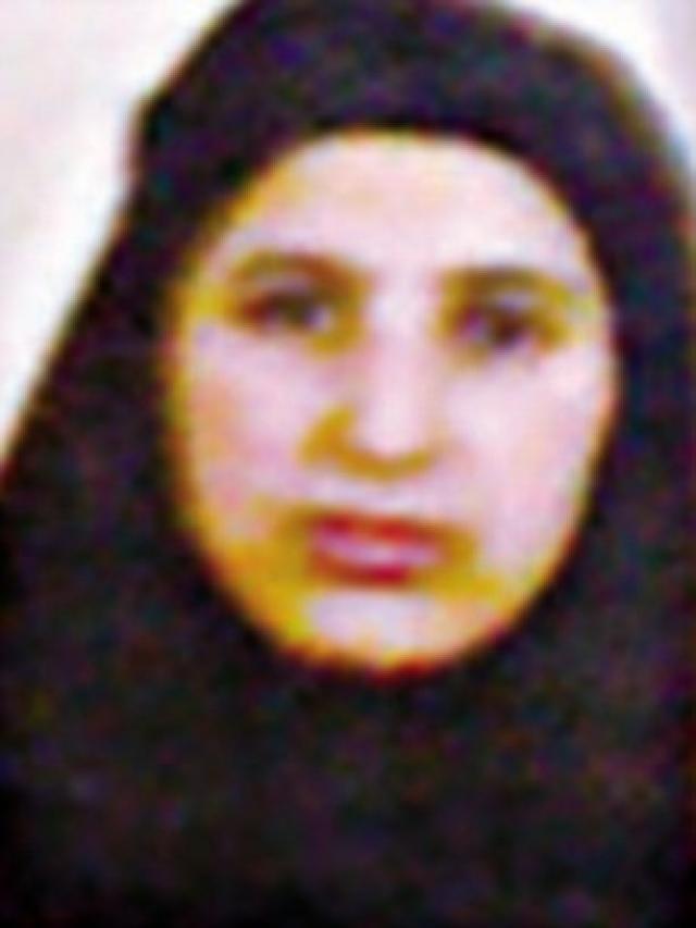 Внутри спальни стояли две жены бен Ладена, закрывая его. Одна из них, Амаль Ахмед Абдул Фатах, крикнула на арабском и сделала угрожающее движение. Один из спецназовцев выстрелил ей в ногу, затем схватил обеих женщин и толкнул их в сторону.