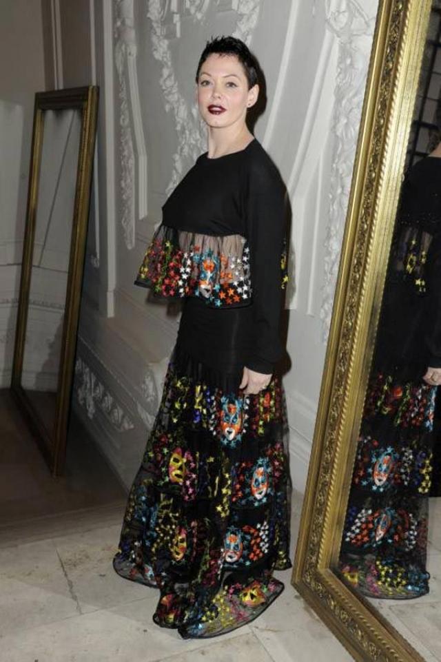 """Звезда сериала """"Зачарованные"""" Роуз Макгоуэн нарядилась в какой-то карнавальный костюм."""