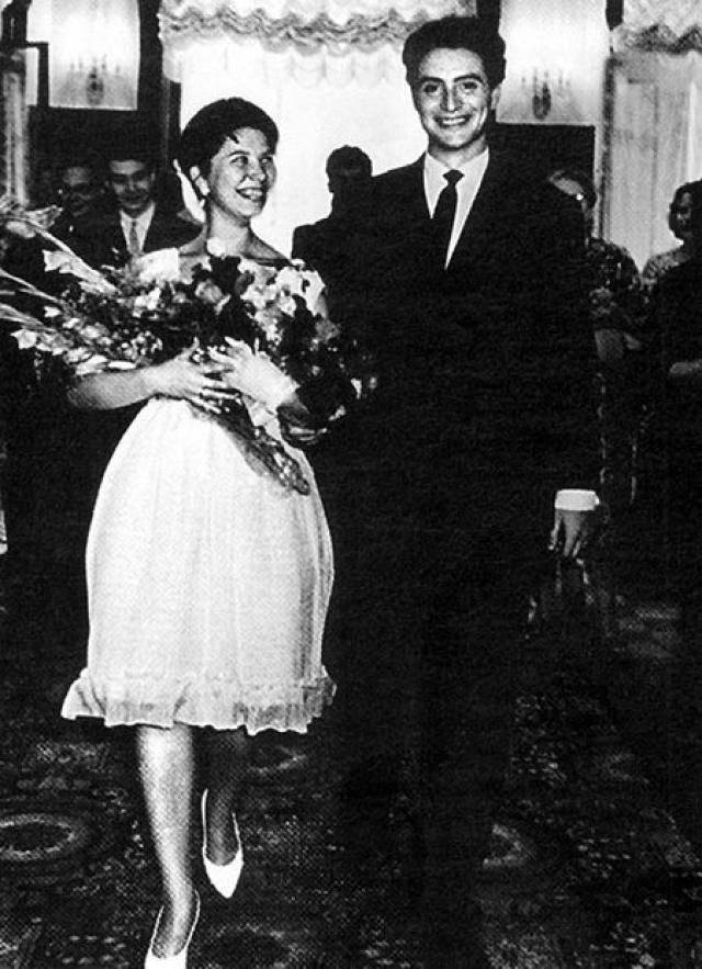 """Вениамин Смехов и Алла познакомились, когда будущий """"Атос"""" учился на третьем курсе театрального училища. Именно Алла стала мамой двух дочерей актера - Алики и Елены."""