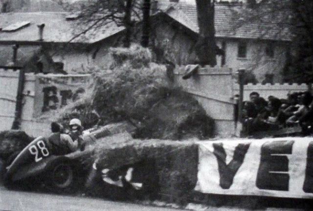 Это были первые поступи Формулы-1, и тогда еще можно было использовать деньги для того, чтобы попасть в число участников.