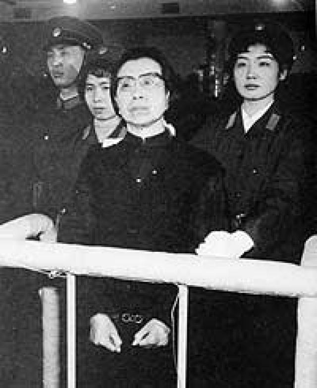 После смерти Мао вдову арестовали. Ей было предъявлено обвинение в организации заговора с целью захвата власти в стране, в 1991 году женщина покончила жизнь самоубийством, повесившись в душевой больничной кабине. На фото:Цзян Цин слушает обвинительный приговор. 1981 год