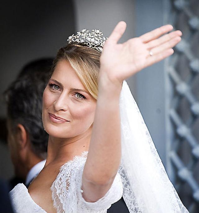 Голову невесты украшала Греческая тиара из украшений для корсажа. В ее основе лежит украшение для корсажа Королевы Швеции Виктории, супруги Густава V, к которому также прилагались старинные серьги и брошь.