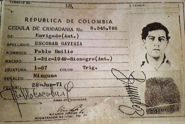 Большую часть своего времени молодой Пабло проводил в бедных кварталах Медельина, который был настоящим рассадником преступности. Эскобар стал красть надгробия с местного кладбища и, стирая надписи, продавать их панамским перекупщикам. Затем он продавал сигареты и марихуану, подделывал лотерейные билеты. Вскоре он создал небольшую банду и стал промышлять угоном дорогих автомобилей для продажи на запчасти.
