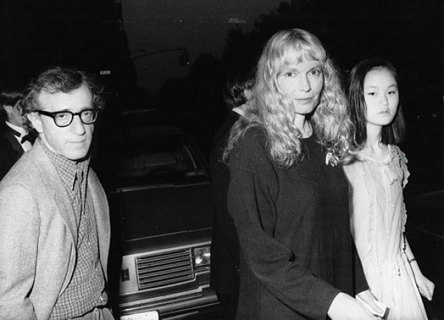 Вуди Аллен и Сун-И. Брачный союз начался в 1993 гoду с оглушительного скандала – тогдашняя супруга Аллена нашла у него фотографии своей приемной дочери Сун-И , обнаженной и в откровенных позах.