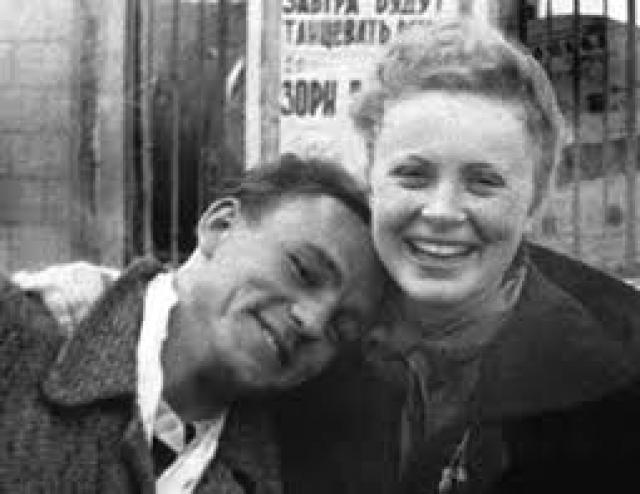 Алла Ларионова и Николай Рыбников были одной из самых крепких пар советского кино, прожившая вместе 33 года. Но начало их отношений не было радужным, поскольку, несмотря на все старания молодого человека, Алла не отвечала ему взаимностью.
