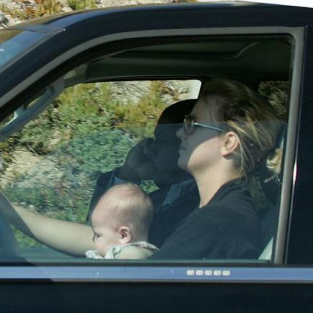 Сначала стало известно, что он упал со стула и получил травму головы. Потом появились снимки, где Бритни ведет машину, держа маленького мальчика на коленях.
