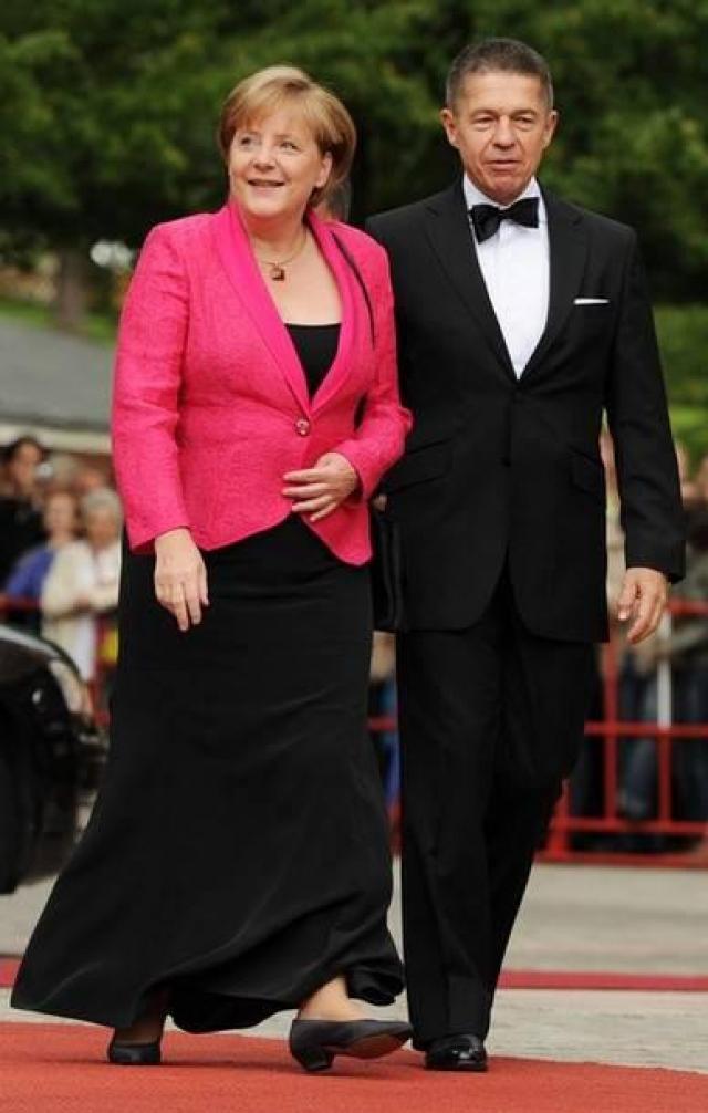 Немецкий модельер Карл Лагерфельд отметил, что в целом канцлер Германии одета правильно, ее стиль требует лишь некоторой корректировки грамотного стилиста: стоит обратить внимание на обувь, покрой и длину юбок.