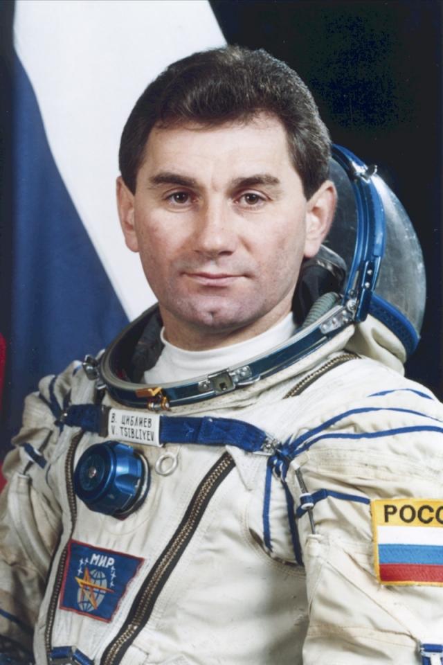 Космонавта Василия Циблиева мучили видения во сне. Во время сна в таком положении Циблиев вел себя крайне беспокойно, он кричал, скрипел зубами, метался.