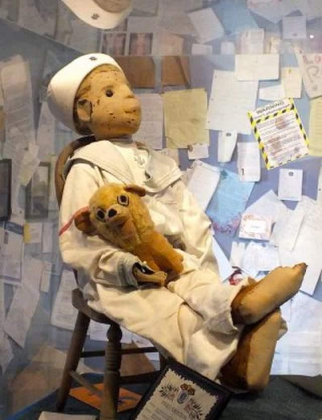 Отто назвал куклу в честь себя, и с тех пор они были неразлучны. Вскоре после этого родители Отто начали слышать два голоса, доносящихся из спальни мальчика. Один голос принадлежал Отто, второй - нет. Кукла Роберт