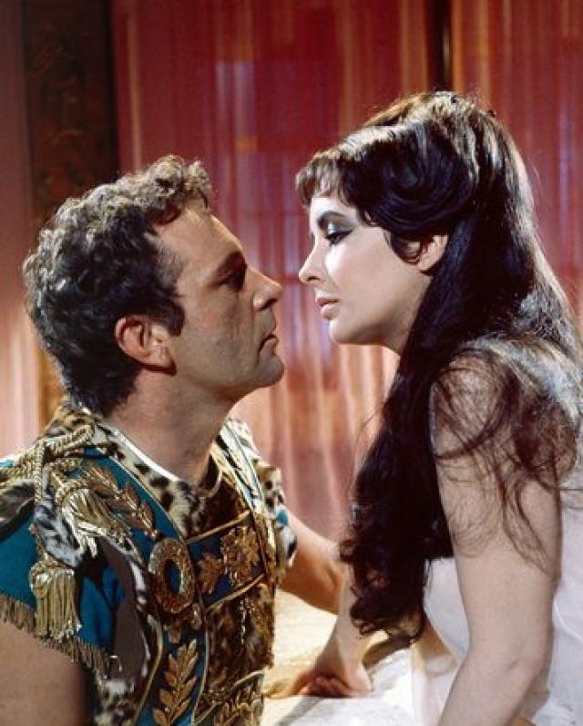 """Элизабет Тейлор и Ричард Бартон. Начав работать над фильмом """"Клеопатра"""", Лиз влюбилась в актера Ричарда Бартона."""