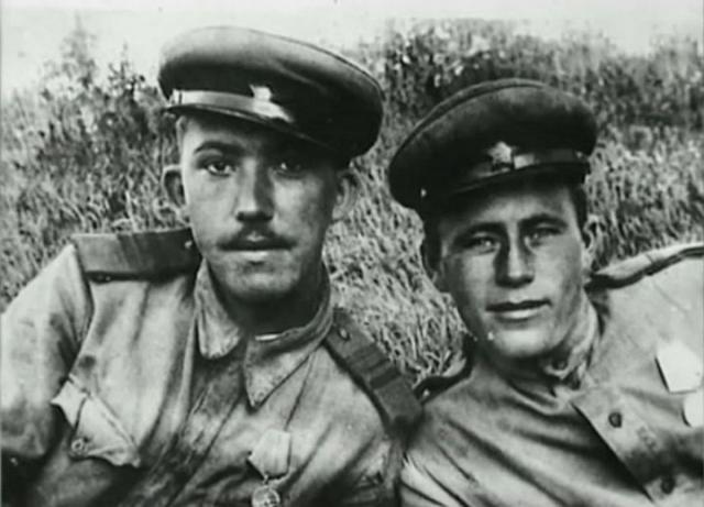Служил Никулин в артиллерии. Как-то он ехал с известным режиссером Алексеем Германом под Ленинградом и показал уцелевший дом, где располагалась его часть.