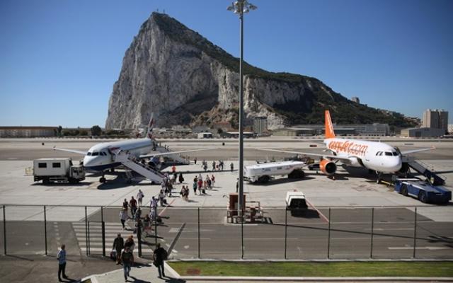 Международный аэропорт Гибралтар окружен скалами.