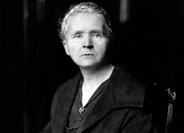 Но от постоянного контакта с радиоактивными образцами руки Марии покрылись язвами. Несмотря на это, ученая носила на груди амулет с ампулой радия как талисман и не принимала никаких мер в ходе экспериментов. Она умерла в 1934 году от апластической анемии, возникшей от воздействия радиации.