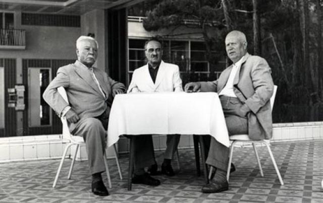 Благо, в 1962 году, когда у Хрущева ухудшилось здоровье и он начал сильно полнеть, врачи прописали ему шестичасовой рабочий день, а ЦК особым указом увеличил отпуск вождя до двух месяцев.