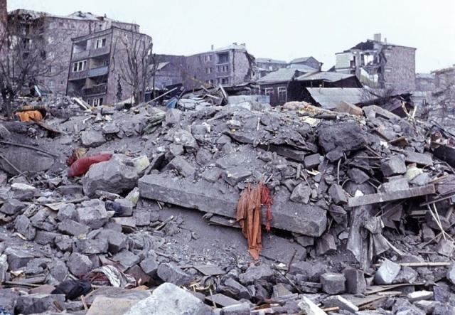 Тысячи людей были погребены под завалами, многие были живы и ждали помощи, но спасатели прибыли не сразу: дорожные пути около Спитака и Ленинакана были разрушены, аэродромы обесточены.