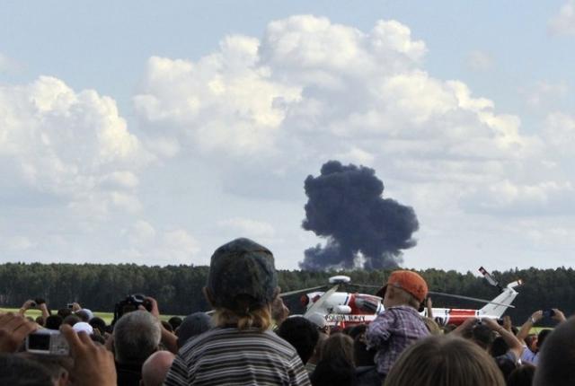 Белорусские пилоты ценой собственной жизни предотвратили тяжкие последствия, поскольку самолет начал падать на населенный пункт и посетителей авиасалона.