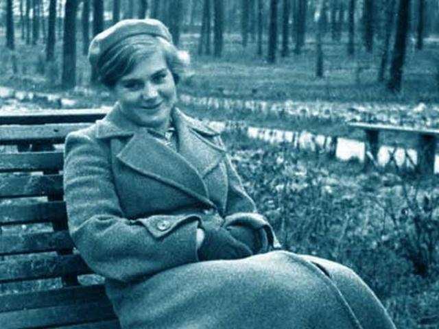 """Статуя """"Девушка с веслом"""" , моделью для которой стала Вера, была установлена у главного входа ЦПКиО в окружении фонтанов. Многочисленные подобия этой статуи впоследствии появились в парках всего Советского Союза."""