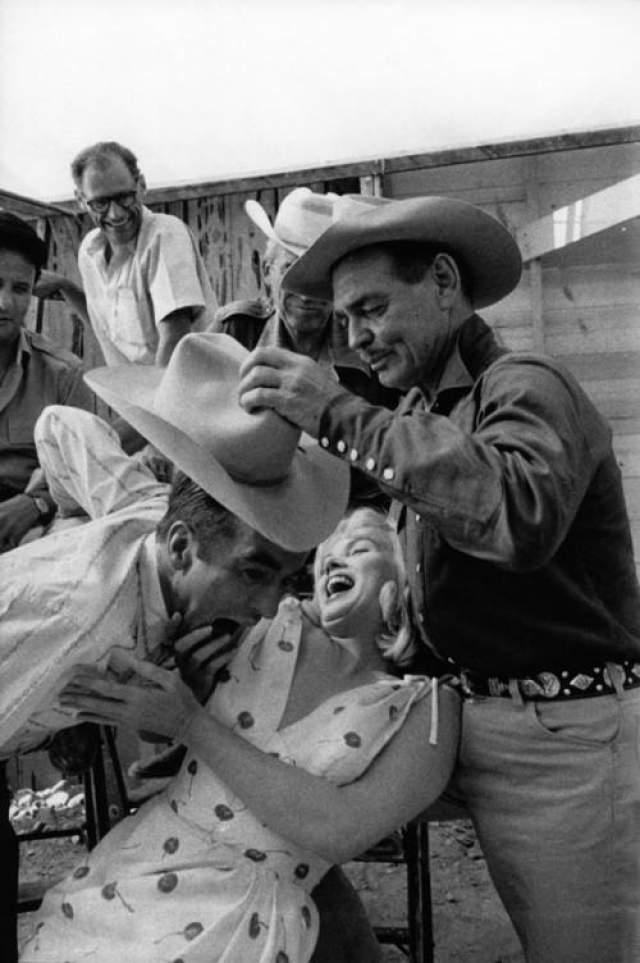 """Говорят, что в последний день съемок он воскликнул: """"Как я рад, что мы закончили! Мерли Монро (снимавшаяся с ним) довела меня до сердечного приступа!"""" Кадр со съемок фильма """"Неприкаянные"""""""