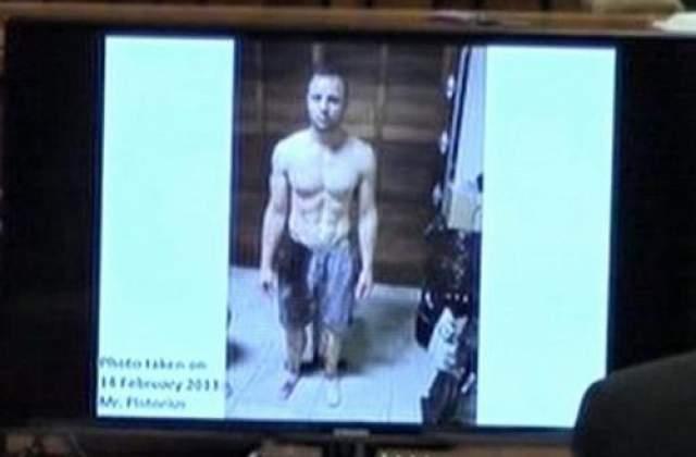 Судебный процесс начался 3 марта 2014 года. Прокурор Джерри Нел настаивал на умышленном убийстве, за которое 27-летнему Оскару грозило от 25 лет тюрьмы до пожизненного заключения. На фото: снимок Оскара Писториуса, представленный в суде, сделан полицейским сразу после убийства.