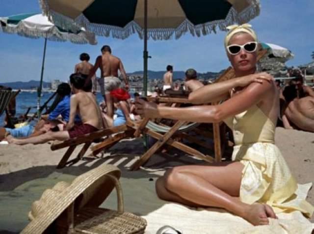 Грейс Кейли / «Поймать вора» Каждая роль Грейс Кейли - знаковая. Хотя бы, потому, что актриса даже после своей смерти остаётся в ряду безоговорочных икон стиля. Но особенно Грейс хороша в триллере Хичкока «Поймать вора». В этой картине Келли- абсолютное воплощение пляжного шика: закрытый, но тем не менее, очень эротичный купальник, очки «кошачьи глаза» и шелковый платок на голове. Кстати, все три элемента образа звезды прошлого века вполне уместны и в наши дни.