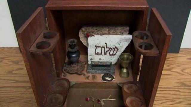 В 2001 году некто Кевин Маннис приобрел антикварный шкафчик на обычной распродаже, после чего у него начались ночные кошмары, в которых ему являлась старая ведьма.