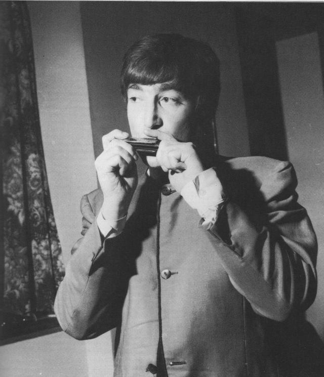 """Губная гармоника, звучащая в песне """"Love Me Do"""" была украдена Джоном летом 1960-го года в музыкальном магазине голландского городка Арнем."""