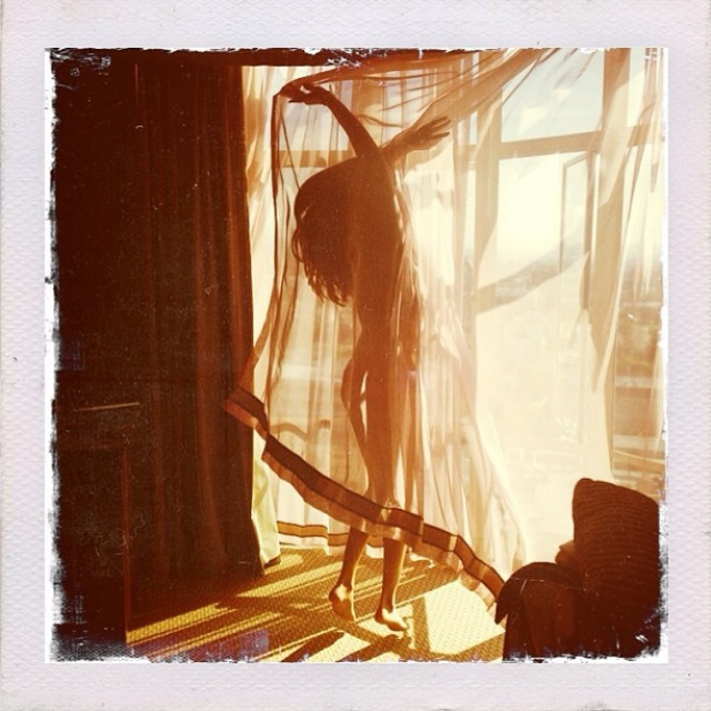 Селена Гомес прикрылась шторой.
