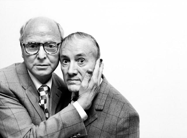 Авторы - британские художники-авангардисты Гилберт и Джордж . Фото было сделано в 1971 году.