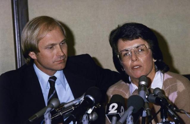 Билли Джин Кинг. Известная теннисистка и жена спортивного промоутера Ларри Кинга состояла с ним в браке в течение 21 года. В 1980 году поднялся скандал, когда секретарша Билли Джин обвинила ее в том, что она долго крутила с ней роман, а когда он закончился выселила ее из их с супругом резиденции.