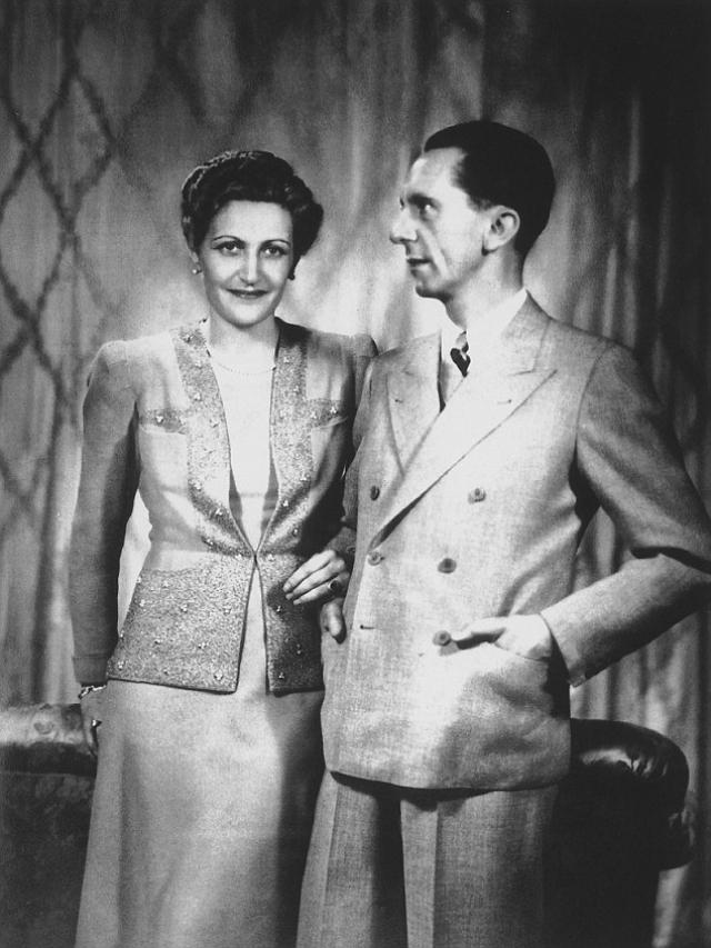 В Берлине, находясь на одном из съездов НСДАП, Магда была поражена речами молодого партийного активиста Йозефа Геббельса. 1 сентября 1930 года она вступила в ряды партии и довольно быстро сделала там карьеру. Вскоре она получила должность помощницы Геббельса.