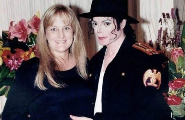 Майкл Джексон и Дебби Роу, 1996-1999. Женитьба короля мировой поп-музыки в 1996 году на 37-летней разведенной медсестре Дебби, с которой он познакомился у дерматолога Арнольда Клейна, была окутана тайной.