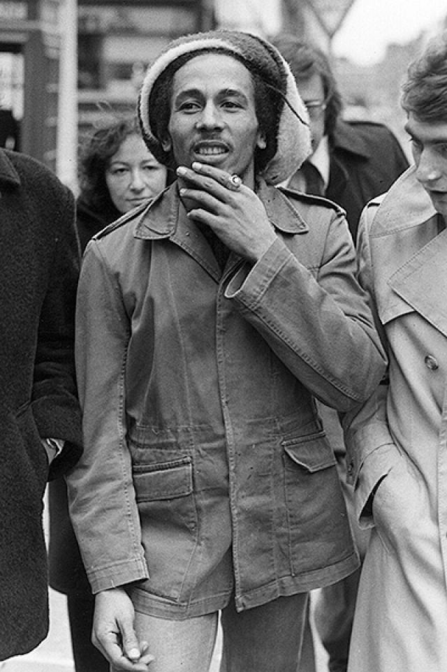 Боб Марли. Самый популярный регги-певец был вынужден покинуть родную Ямайку после того, как в 1976 году во время репетиции на него напали несколько боевиков и ранили его.