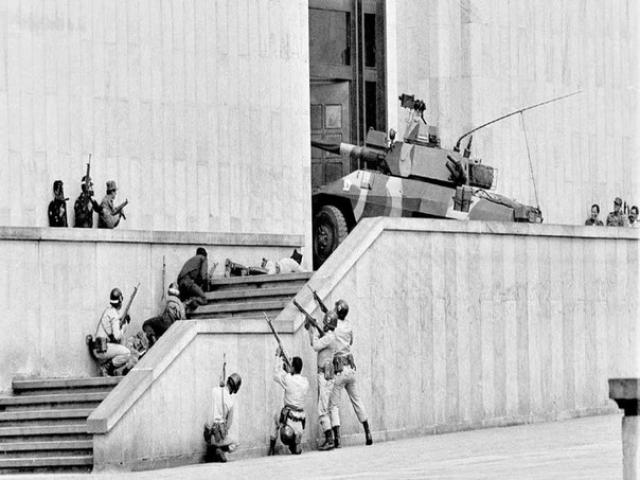 В столицу страны, Боготу, были введены крупные силы армии и полиции. Осада длилась 27 часов. Лишь штурмовые батальоны при поддержке танков и боевых вертолётов отвоевали Дворец Правосудия. Погибло 97 человек, включая 11 из 24 судей.