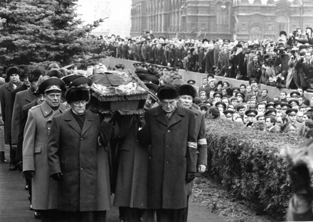 Каждый офицер нес подушечку с одним орденом. У Брежнева же их было более двух сотен... Пришлось некоторые награды совмещать, и почетный офицерский эскорт составил 44 человека.