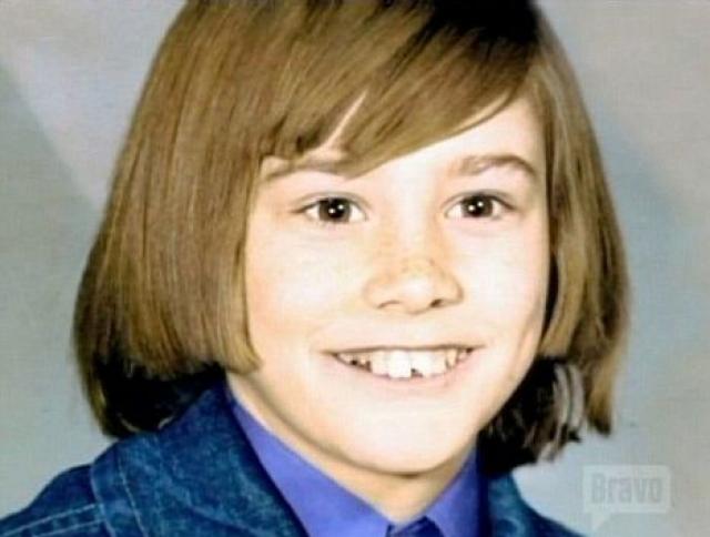 Джим Керри. Джим еще один актер с нелегким детством. Когда его отец потерял работу, семья стала жить в фургоне. Джиму был вынужден бросить школу, чтобы помогать родителям.