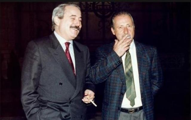 """Фальконе, ставший прототипом знаменитого комиссара Катаньи, объявил в 1980 г., что начинает борьбу с """"проклятием Сицилии"""". В ходе одного из многочисленных процессов против мафии он отправил за решетку 342 преступника на общий срок 2 665 лет. В 1992 г. Джованни Фальконе вместе со своей женой был взорван в машине по пути из аэропорта в город."""