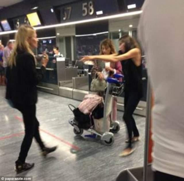 Сотрудник авиакомпании запретил Мосс лететь, но для звезды отсутствие билета - не очень веская причина для отказа от полета.