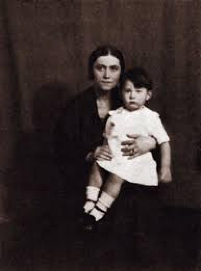 В 1935 году Ольга узнала о романе мужа, а также о том, что Мария-Тереза беременна. Вместе с сыном она немедленно уехала на юг Франции и подала на развод. Пикассо не хотел делить имущество поровну, как того требовали французские законы, поэтому Ольга оставалась его законной женой до самой смерти.