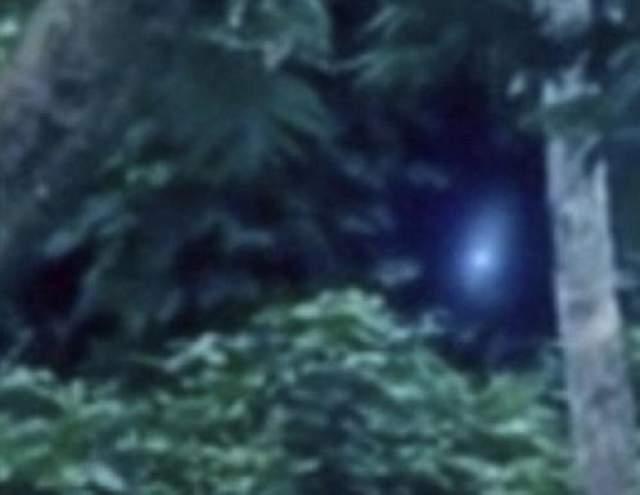Авторы снимка утверждали, что фотографировали исключительно местных ребятишек - на память. А об инопланетянине и не подозревали. Лишь потом заметили в кадре странную фигуру. А рядом с ней - какое-то сияние.