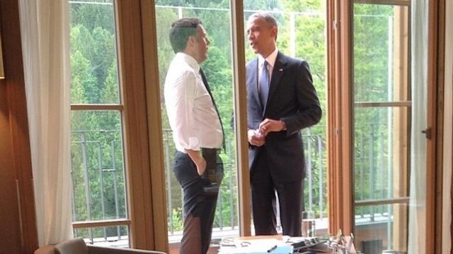 Обама - первый президент США со времен Эйзенхауэра, который курил сигареты. Бросил курить в марте 2010 года (официально об этом было объявлено в феврале 2011).