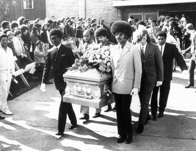Позже сообщалось, что музыкант был еще жив, когда приехали медики, но доставить в больницу живым его не удалось.