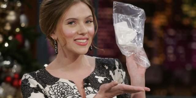 """Носовой платок Скарлетт Йоханссон. Актриса продала аксессуар на eBay, не скрывая, что пользовалась им два раза. Это не смутило покупателя, не постеснявшегося выложить за """"сопливчик"""" 5300 долларов."""