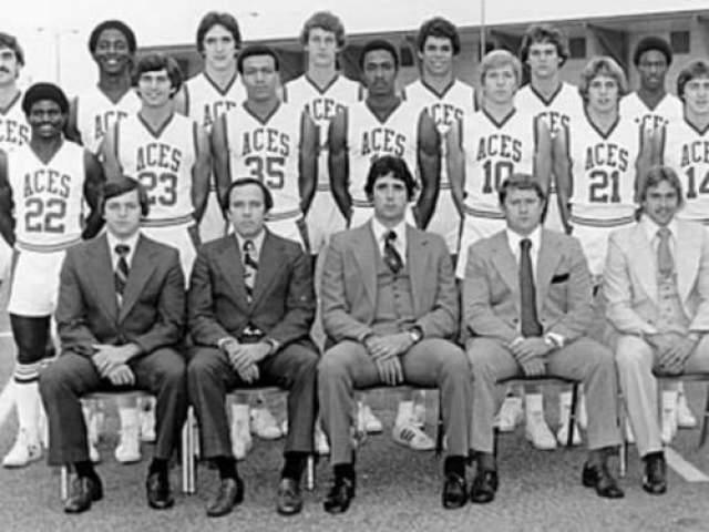 """Гибель баскетболистов из Эвансвилля 3 декабря 1977 года Место катастрофы: город Нешлилл (Теннесси) Команда: баскетбольная команда Университета Эвансвилля В 1977 году баскетбольная команда Университета Эвансвилля готовилась  к трудному старту сезона. Главной проблемойкоманды был уход тренера, Арада МакКутчена, долгие годы работавшего с командой. МакКутчен был очень популярен в Эвансвилля: журнал Time даже назвал его """"гордостью и стратстью"""" местной баскетбольной команды."""