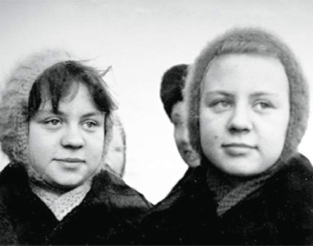 Максим рассказал, что они жили довольно хорошо по тем временам. Часто ездили за границу - в Грецию, Болгарию, Турцию. Возили оттуда диковинные для СССР вещи.