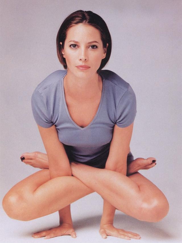 """По словам Кристи, йога стала ее """"тайным оружием и секретным способом сохранить изящность и стройность фигуры, способом расслабиться и растянуть мышцы."""""""