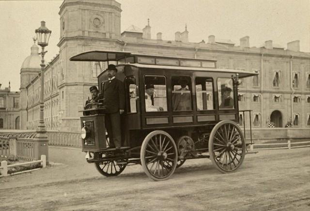 Романов воплотил в металле электрический омнибус на 17 пассажиров, разработал схему городских маршрутов для этих прародителей современных троллейбусов и даже получил разрешение на работу.
