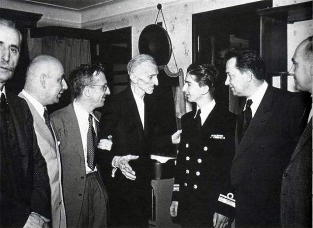 Несмотря на свое одиночество, Тесла поддерживал постоянные связи со своими соотечественниками, часто посещал семьи нуждающихся, помогая как только можно иммигрантам из Сербии, Хорватии, Боснии, Черногории.