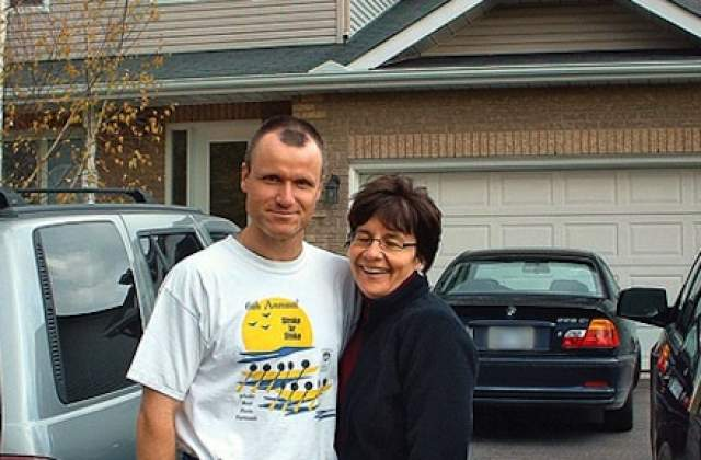 Пара прожила вместе 19 лет, и Рассел, полковник вооруженных сил Канады, казался примерным семьянином и уважаемым человеком. Он умело заметал следы, сувениры в память о жертвах он не забирал к себе домой, а относил их в дома, принадлежащие его семье.