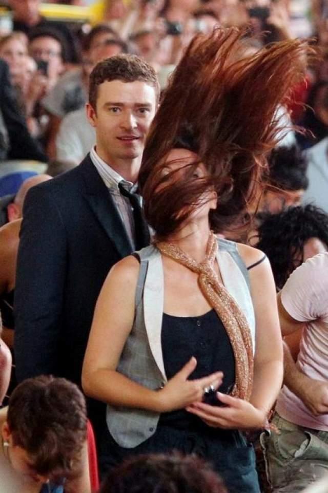 Мила Кунис изящным жестом забрасывает волосы за голову. Выглядит просто ошеломительно. Джастин, стоящий позади, просто обалдел.