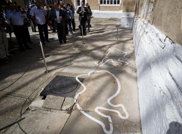 Спешный показательный процесс и мертвые Чаушеску были записаны на видео и кадры незамедлительно показали во многих западных странах.
